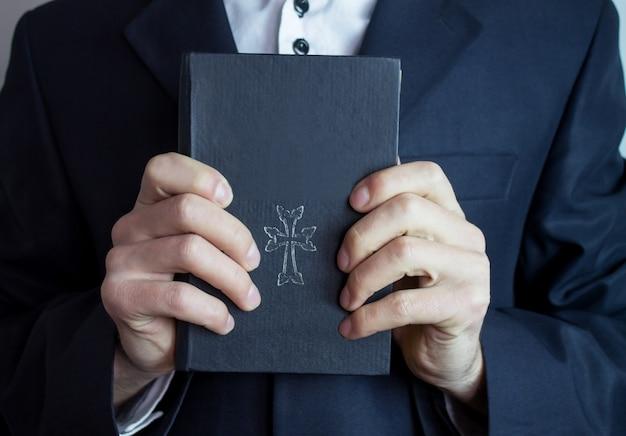Bíblia nas mãos do empresário