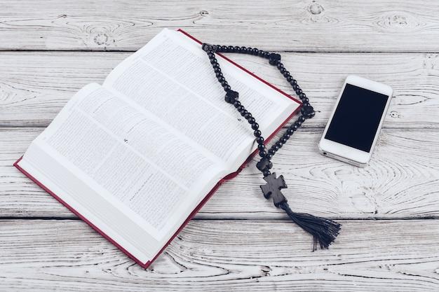 Bíblia sagrada e smartphone