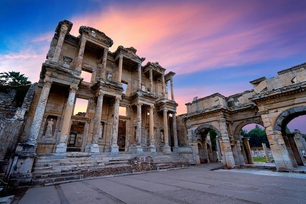 Biblioteca celsus na antiga cidade de éfeso em izmir, turquia.