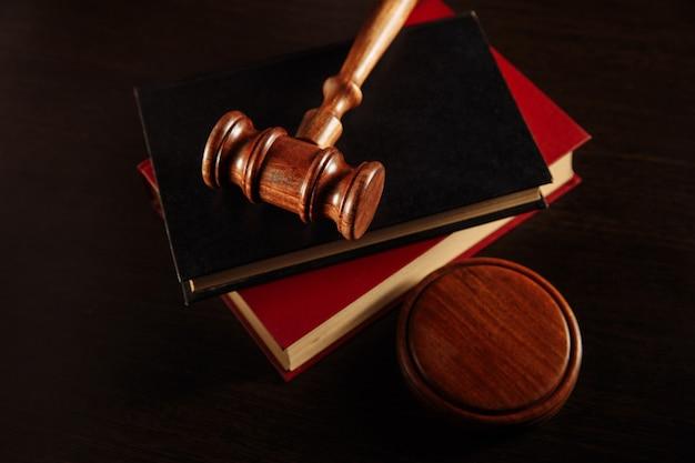 Biblioteca jurídica em cima da mesa.