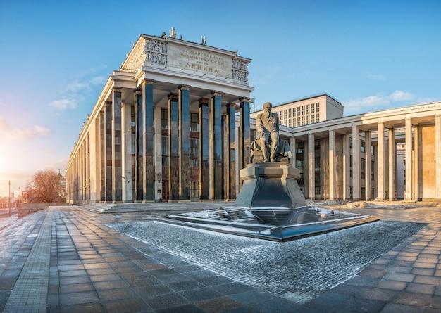 Biblioteca lenin em moscou e monumento a dostoiévski em um dia ensolarado de inverno