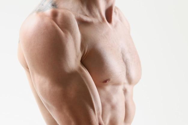 Bíceps do ombro do homem da aptidão