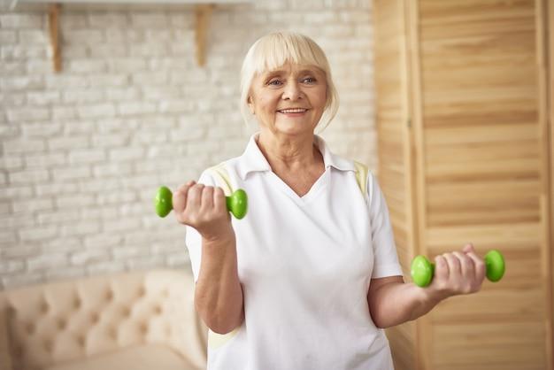 Bíceps dumbbells exercício senhora treino.