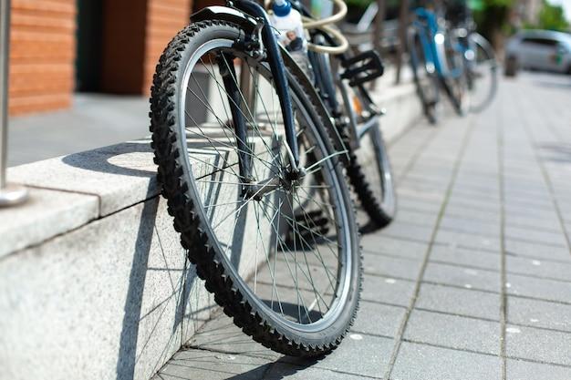Bicicleta amarrada à cerca. estacionamento para bicicletas.
