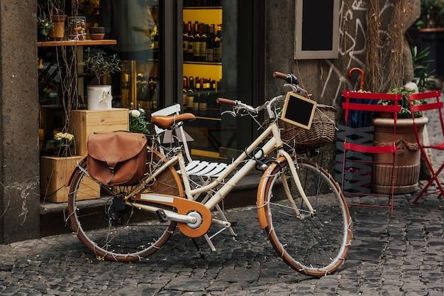 Bicicleta ao lado de um restaurante, ruas bonitas de pequenas aldeias italianas.