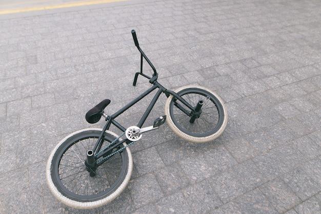 Bicicleta bmx deitado na calçada. conceito de bmx.