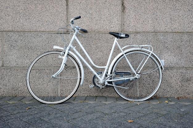 Bicicleta branca velha