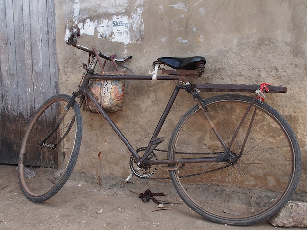 Bicicleta com cesto em parede rústica