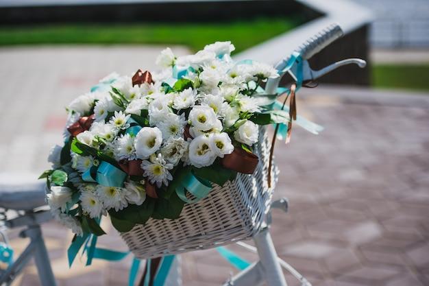 Bicicleta com decoração de cesta de flores