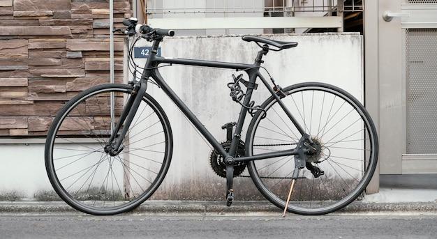 Bicicleta com tinta preta ao ar livre