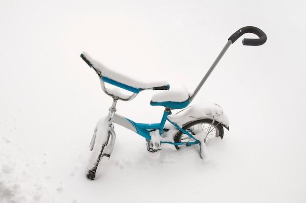Bicicleta de duas rodas infantil na neve