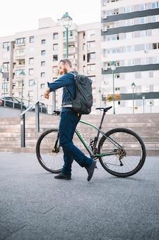 Bicicleta de equitação do homem