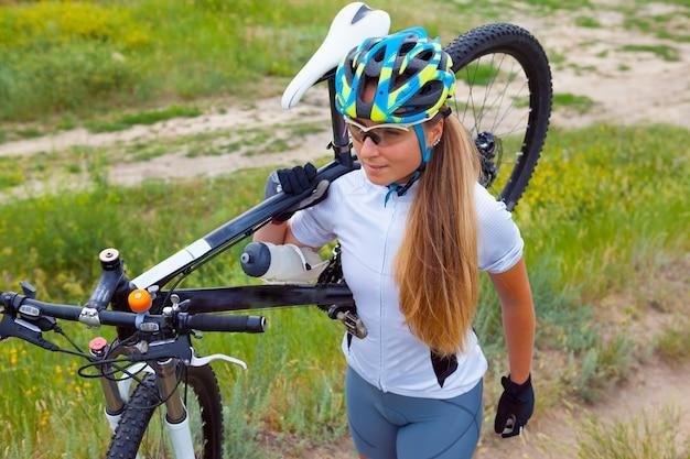 Bicicleta de equitação jovem fora