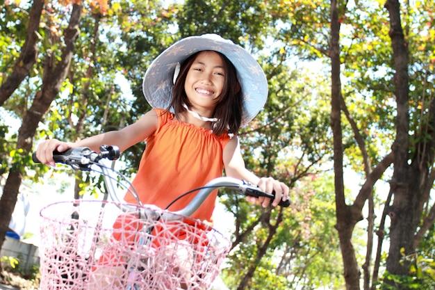 Bicicleta de equitação menina ao ar livre