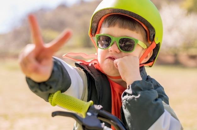 Bicicleta de equitação menino de retrato