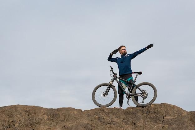Bicicleta de montanha barbada cavalga montanhas