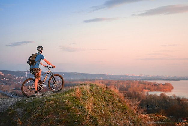 Bicicleta de montanha. ciclista no topo.