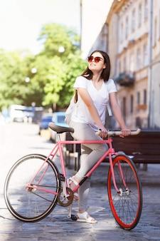 Bicicleta de passeio de menina hippie
