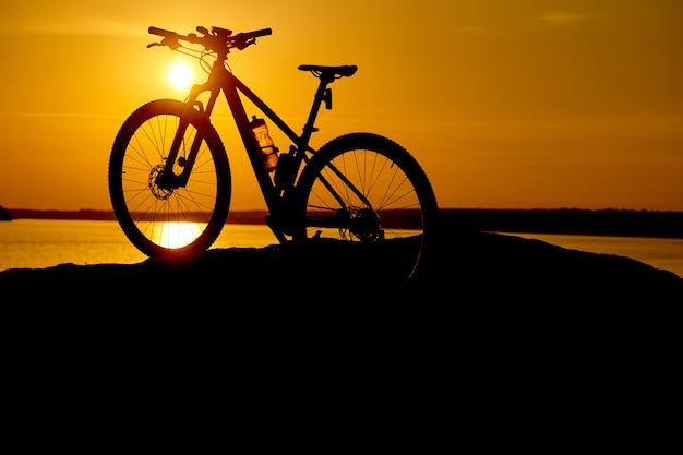 Bicicleta de silhueta no nascer do sol