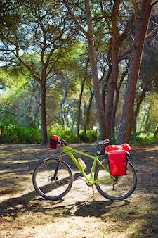 Bicicleta de turismo ciclismo na espanha com paniers