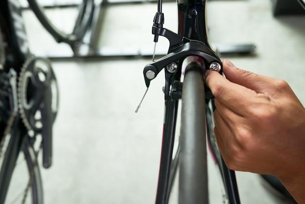 Bicicleta de verificação do homem