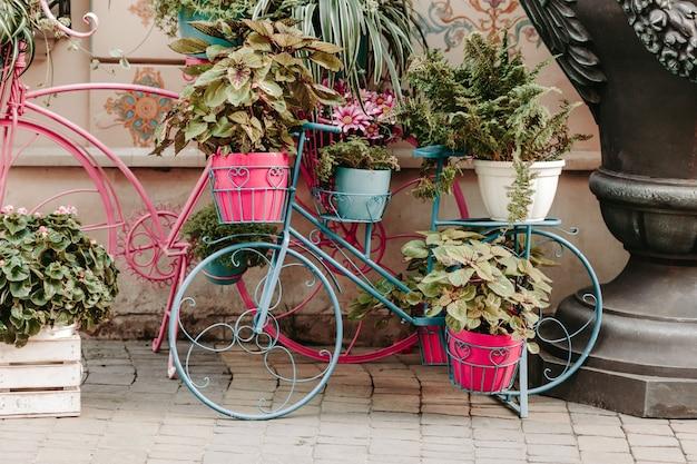 Bicicleta decorativa modelo vintage equipado flores na rua