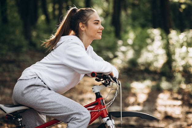 Bicicleta desportiva nova da equitação da mulher no parque