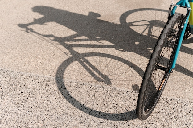 Bicicleta e sua sombra na estrada