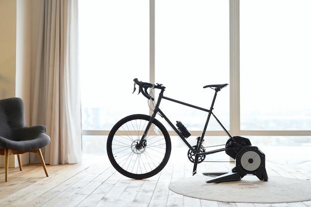 Bicicleta ergométrica em apartamento com piso de madeira