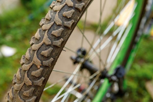 Bicicleta esperando mecânico para reparo em oficina de bicicletas, ao ar livre. roda de bicicleta perto pronto para exames, corrige o sistema de transmissão de ciclo moderno. manutenção de bicicletas, conceito de loja de esporte.