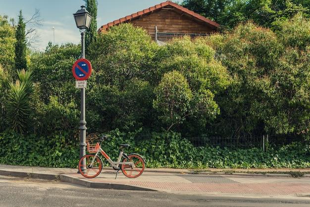 Bicicleta estacionada na calçada