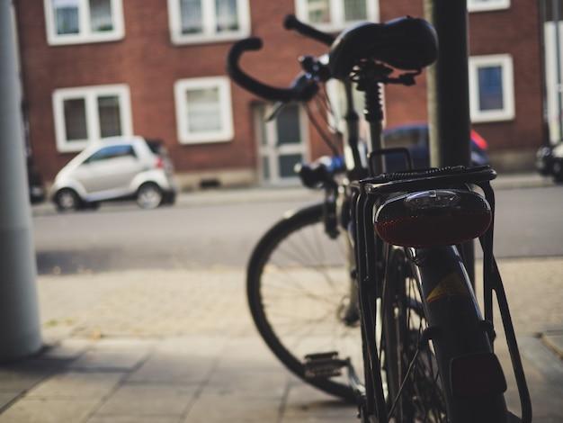 Bicicleta estacionada na rua