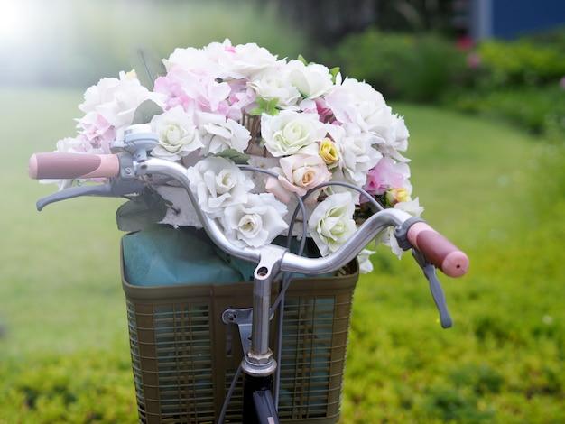 Bicicleta, flor, gramado no jardim