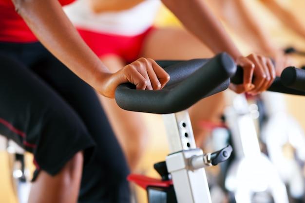 Bicicleta girando no ginásio