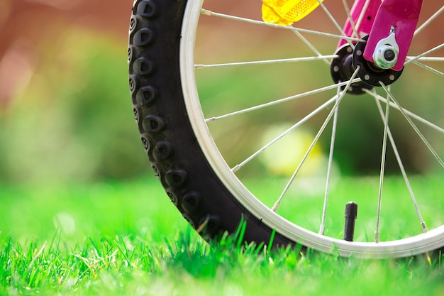 Bicicleta infantil na grama verde, close-up foto