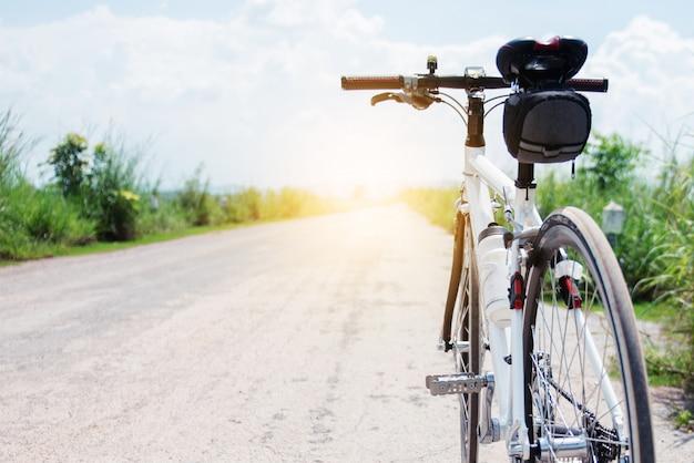 Bicicleta, ligado, estrada rural, com, capim, em, pôr do sol, campo, de, tailandia