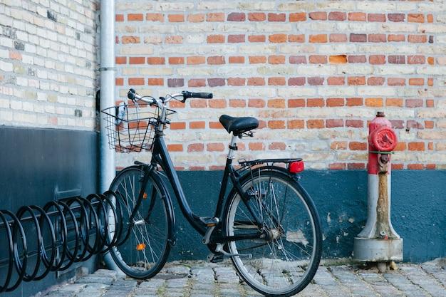 Bicicleta na esquina da rua suja