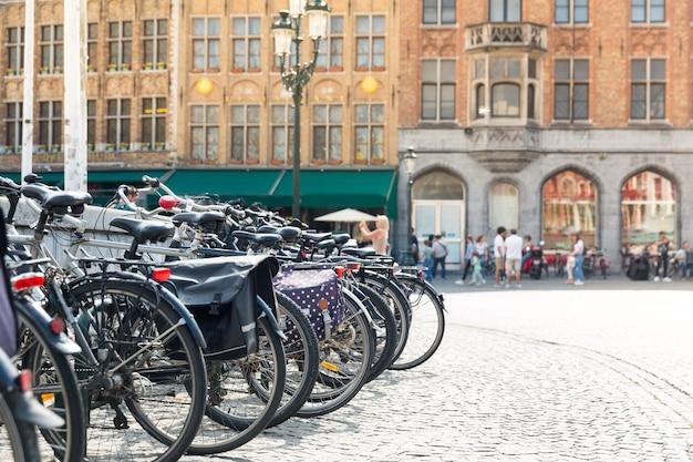 Bicicleta na praça, gente no café de rua