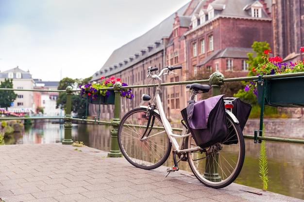 Bicicleta no cais, rio na cidade velha, europa. antiga cidade europeia famosa por viagens e turismo