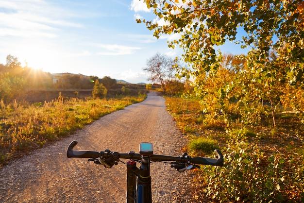 Bicicleta no parque de turia do pôr do sol do parque de valência