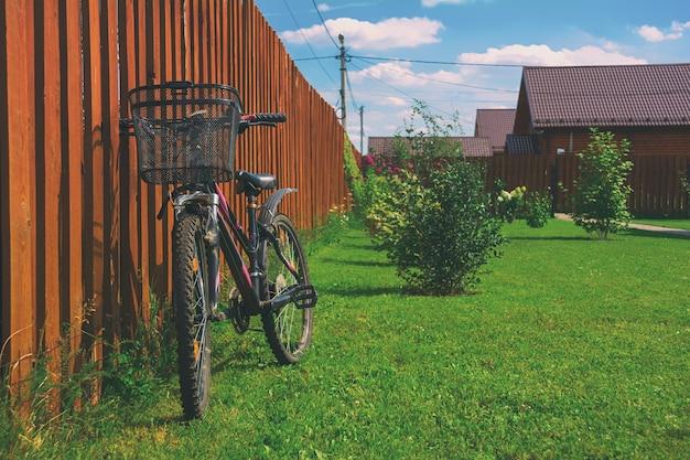 Bicicleta no quintal de uma casa de campo