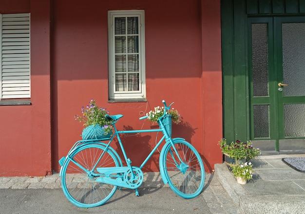 Bicicleta perto de casa rural tradicional escandinava