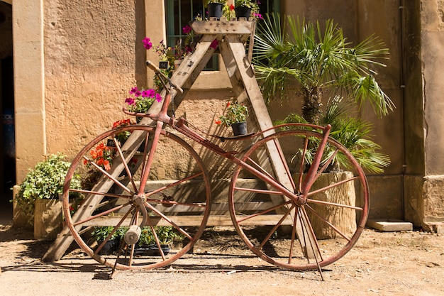 Bicicleta retrô codificada com flores em um dia ensolarado