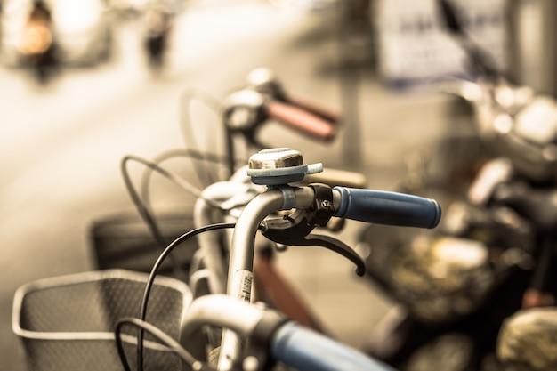 Bicicleta retrô na cidade de perto