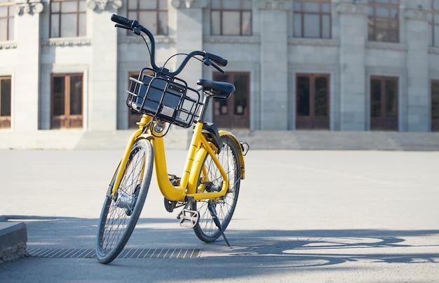 Bicicleta retrô preta e amarela na cidade.