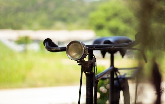 Bicicleta retro velha com farol. foco suave.