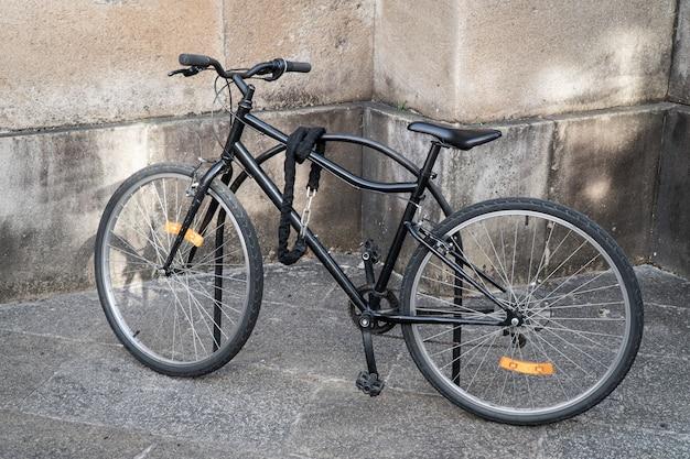 Bicicleta trancada estacionada na rua