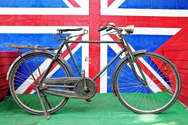 Bicicleta velha contra a parede de tijolo