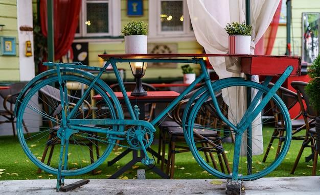 Bicicleta velha decorativa pintada de azul no espaço público da cidade.