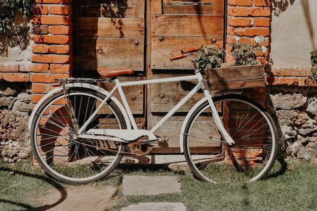 Bicicleta velha lá fora com algumas decorações e flores